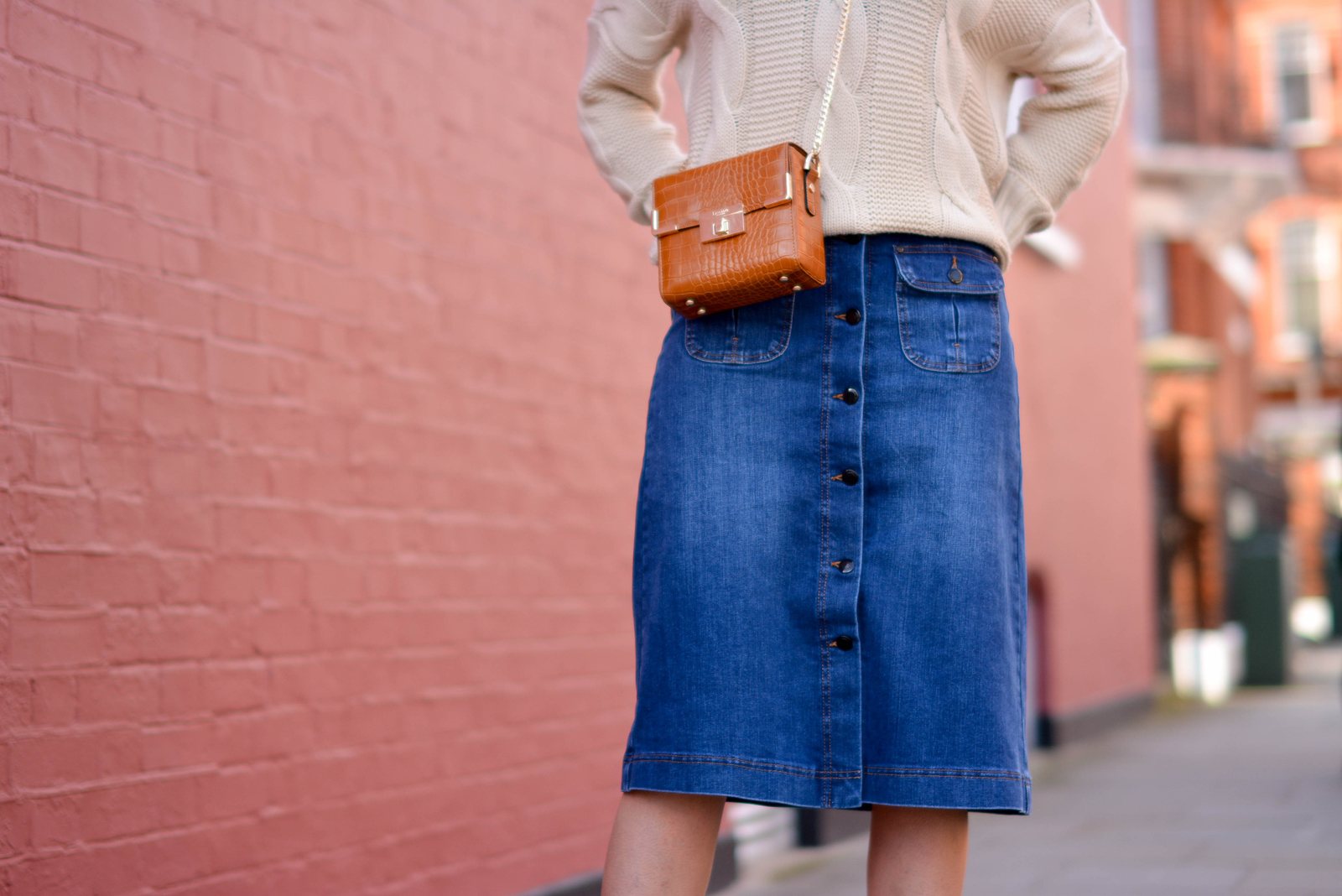 EJSTYLE-Emma-Hill-70s-style-london-street-style-LFW-AW15-MS-denim-a-line-skirt-off-shoulder-cable-knit-jumper-Dune-box-bag-tan.. - Cópia