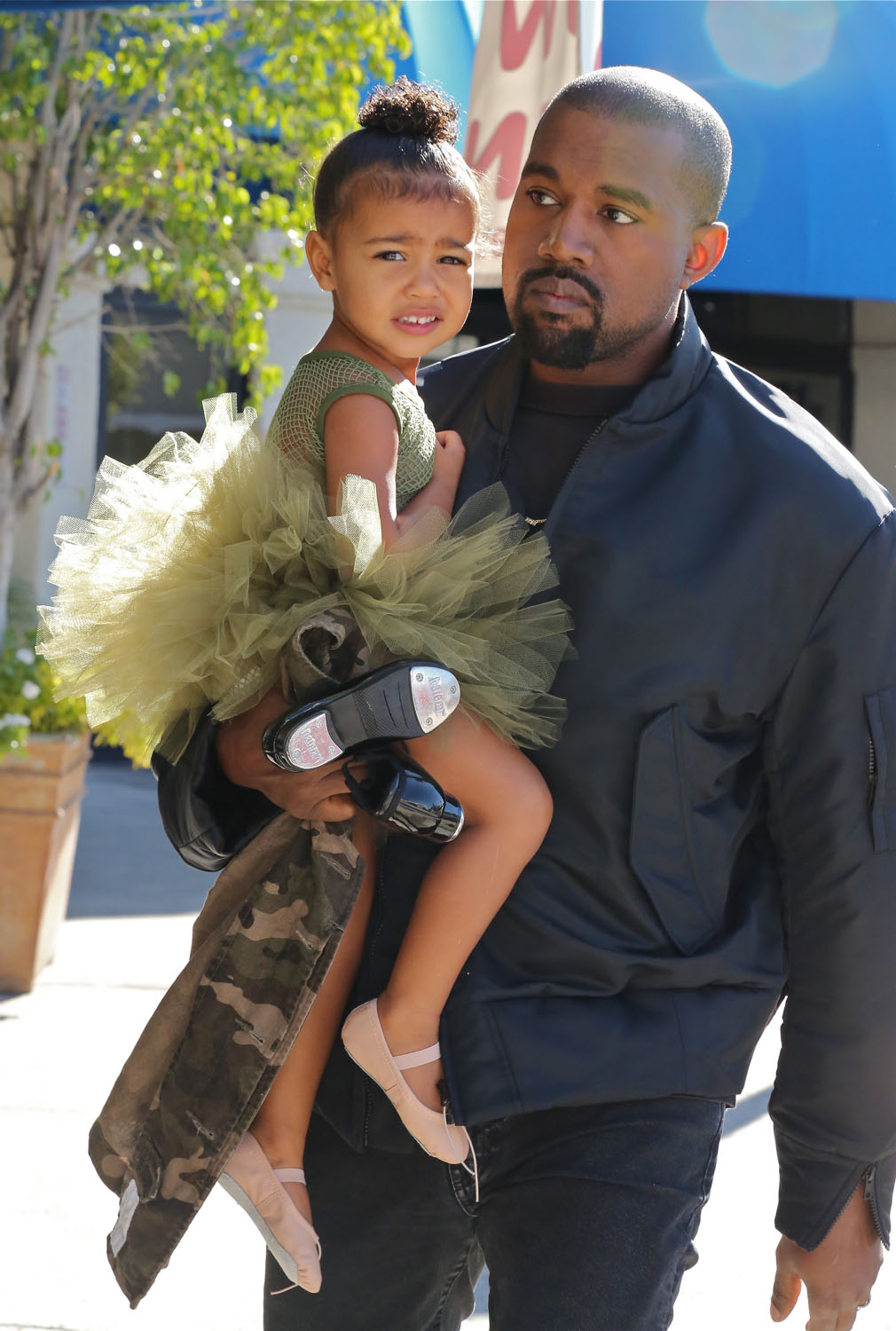 kanye west take daughter ballet class in Los Angeles. Pictured: kanye west Ref: SPL1174061 111115 Picture by: Jacson / Splash News Splash News and Pictures Los Angeles:310-821-2666 New York:212-619-2666 London:870-934-2666 photodesk@splashnews.com